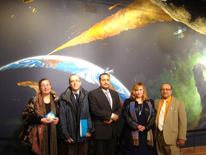 مع رئيس تحرير جريدة  اليمني الأمريكي والشاعر اليمني شايف الزوقري والأستاذ الدكتور محمد دعاسة والأستاذة الدكتورة جميلة لاوند من جامعة ميشغن / قسم اللغات الأجنبية